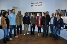 Alguns dels artistes que enguany exposen obres a la Botiga d'Art de Thermalia, amb els comssaris i el regidor