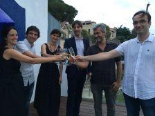 L'alcalde, el regidor d'Espais Públics, el secretari del Jurat Premi Europeu de l'Espai Públic Urbà i els arquitectes que el signen, dediquen el brindis a tots els col·laboradors