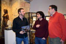 Isidre Pineda, regidor de Turisme, amb Lluís Jovell i Daniel Mas, representants de l'agència Capture