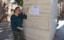 Roser Guiteras mostrant el cartell d'Endevina-la!