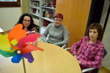 D'esquerra a dreta: Victòria Herrero, tècnica d'Educació, Roser Guiteras, regidora d'Educació i Formació Continuada, Gemma Garriga, tècnica del PEC